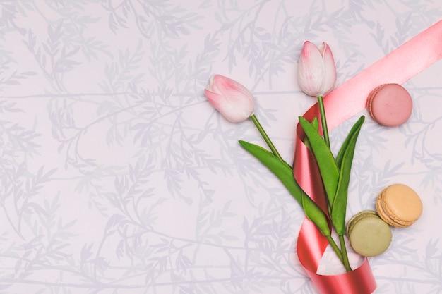 Cornice vista dall'alto con tulipani e macarons