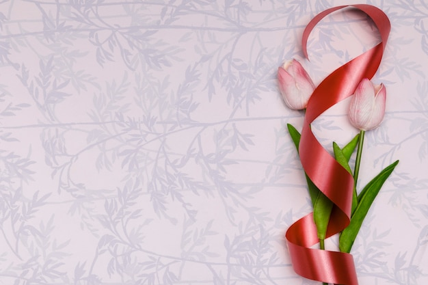 Cornice vista dall'alto con tulipani e nastro rosso