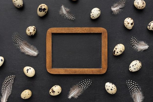 Cornice vista dall'alto con uova di quaglia