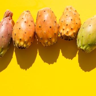 Cornice vista dall'alto con verdure e sfondo giallo