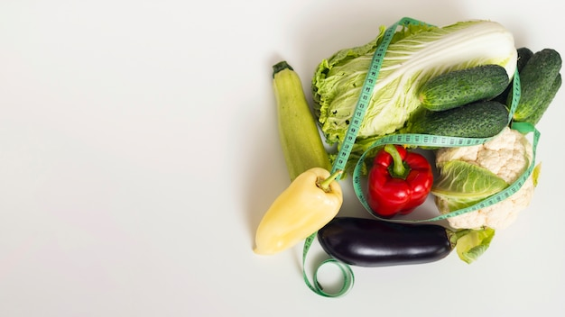 Cornice vista dall'alto con verdure fresche e copia-spazio