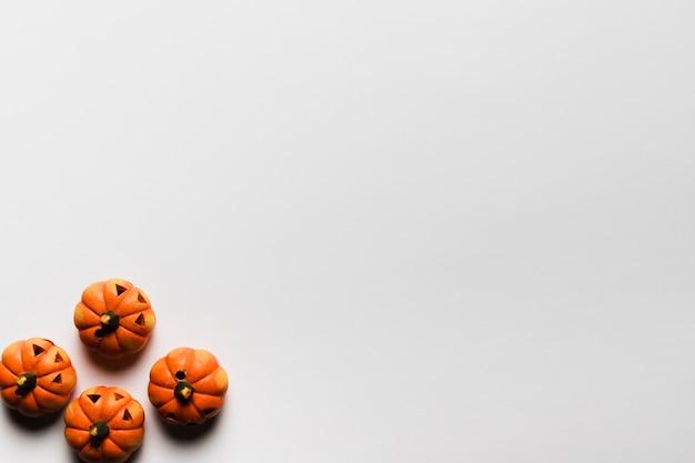 Cornice vista dall'alto con zucche e copia-spazio