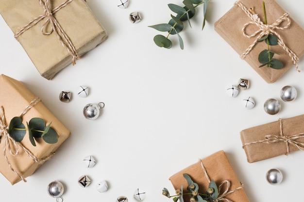 Cornice vista dall'alto fatta di regali sul tavolo