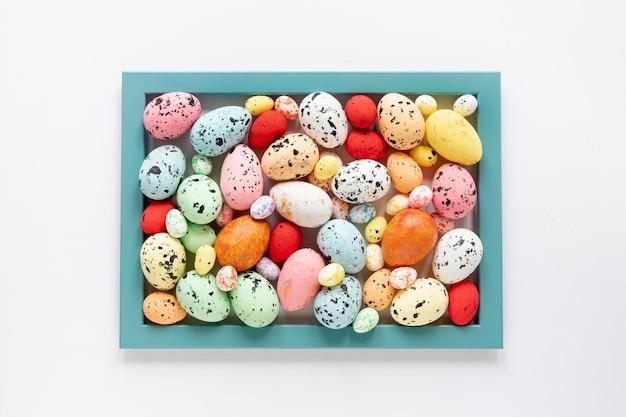 Cornice vista dall'alto formata da uova dipinte