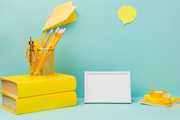 Cornice vista frontale circondata da articoli per ufficio