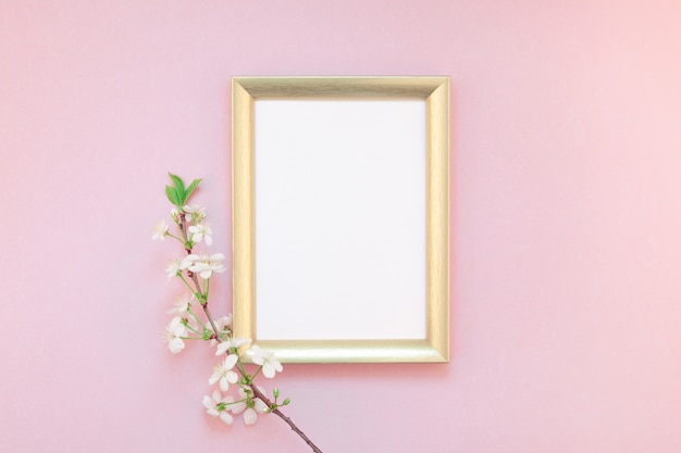 Cornice vuota con fiori bianchi