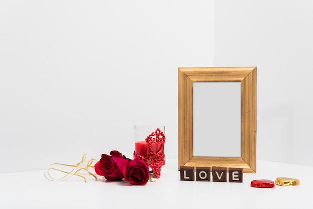 Cornice vuota con iscrizione di amore sul tavolo