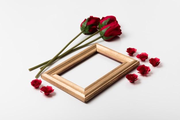 Cornice vuota con rose sul tavolo