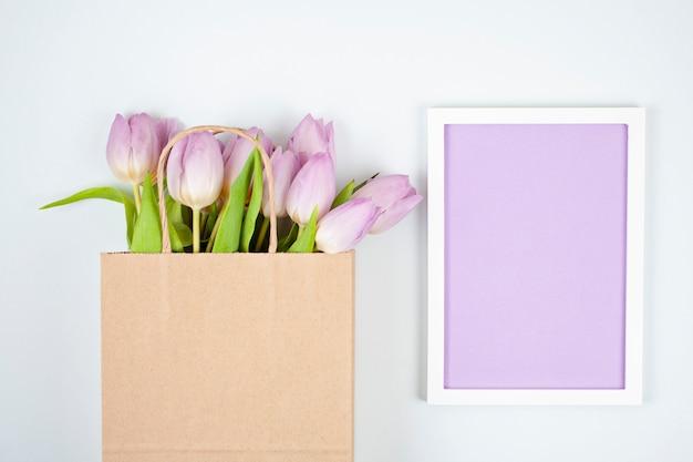 Cornice vuota decorativa con spazio di copia e bouquet di tulipani