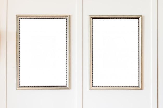 Cornice vuota sul fondo della parete bianca