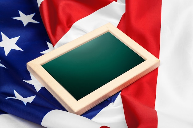 Cornice vuota sulla bandiera americana
