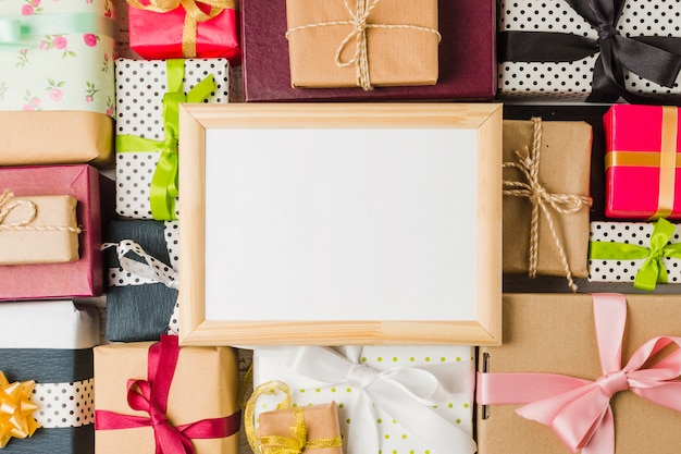 Cornice vuota vuota su sfondo vari scatola regalo