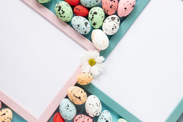 Cornici con uova dipinte per pasqua
