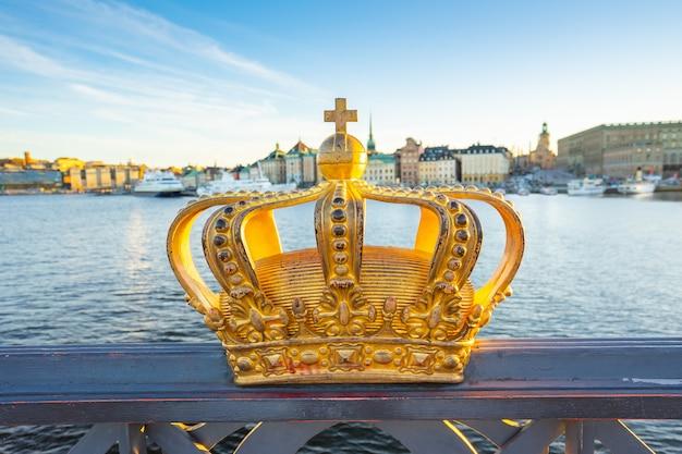 Corona d'oro sul ponte skeppsholmen a stoccolma, svezia