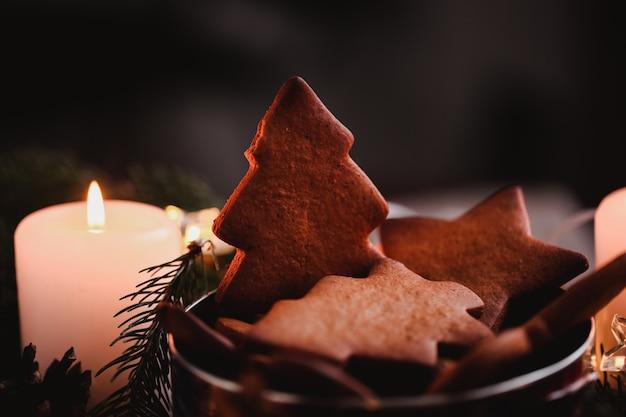 Corona di capodanno con gingerbread cookies per la festa di natale. torta dell'albero di natale sulla cima del mazzo a fuoco. foto del primo piano.