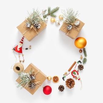 Corona di natale fatta decorazione natalizia bianco vista dall'alto nuovo anno piatto disteso