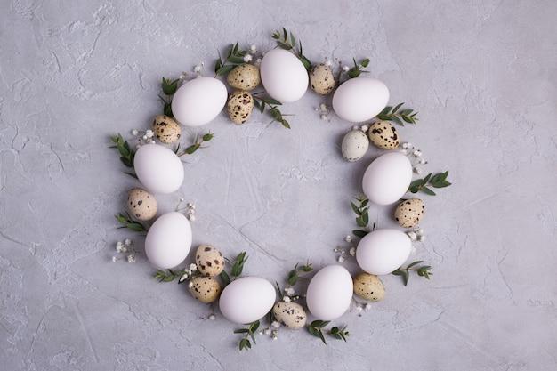 Corona di pasqua con uova e rametti di foglie di eucalipto