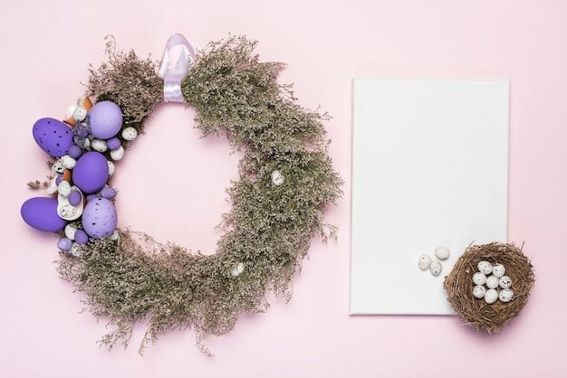 Corona di uova di pasqua e fiori con la carta