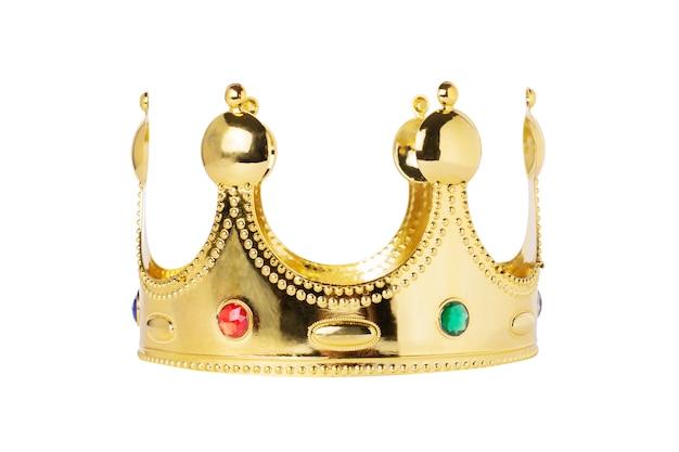 Corona dorata su un bianco isolato.