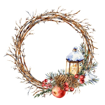 Corona naturale dell'acquerello di natale di rami di abete, mela rossa, bacche, pigne, lanterna, cornice rotonda botanica vintajge per biglietto di auguri isolato