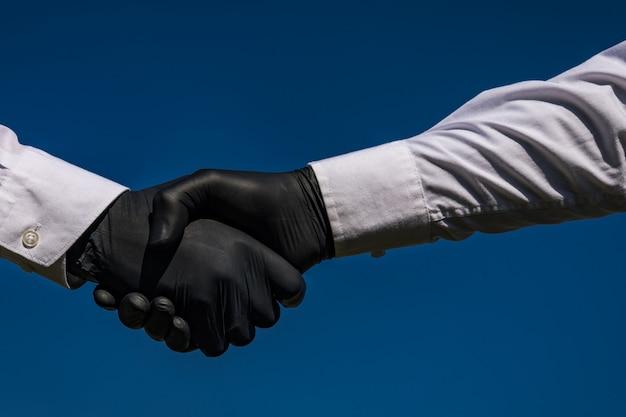 Corona virus o batteri si diffondono per stretta di mano o concetto di tocco della mano. di 'di no alla stretta di mano. stretta di mano dell'uomo d'affari e diffusione del virus.