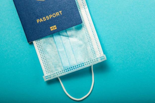 Coronavirus e concetto di viaggio. nota covid-19 coronavirus e passaporto. controllo delle frontiere e quarantena di turisti infettati da epidemia
