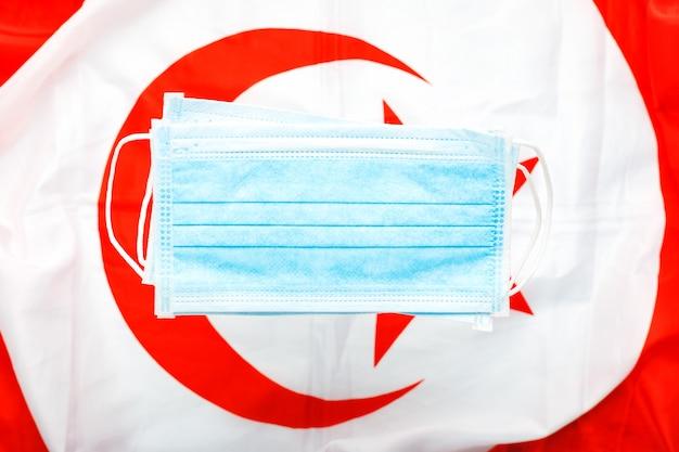 Coronavirus in turchia. maschera chirurgica protettiva sulla bandiera nazionale della turchia. quarantena turca, protezione coronavirus simbolo del medico turco, infermiere, lavoratore medico. assistenza sanitaria medica. covid-19