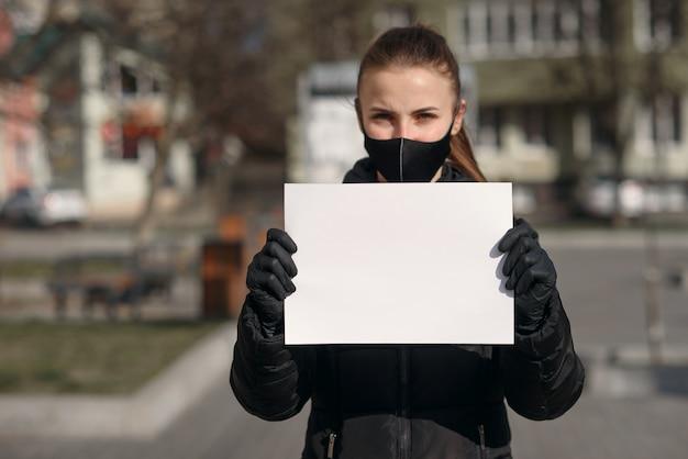 Coronavirus pandemico covid-19. un medico con una carta per mantenere la calma e rimanere a casa tenendo a portata di mano, proteggere dall'epidemia di coronavirus o covid-19