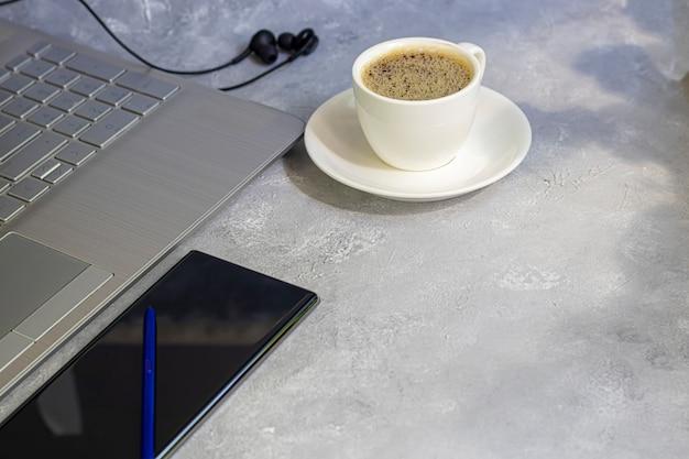 Coronavirus. quarantena formazione online, istruzione e lavoro freelance. consegna del pranzo laptop, telefono e mascherina medica per protezione. uffici di chiusura.