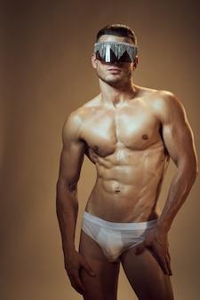 Corpo di uomo atletico bello con i muscoli
