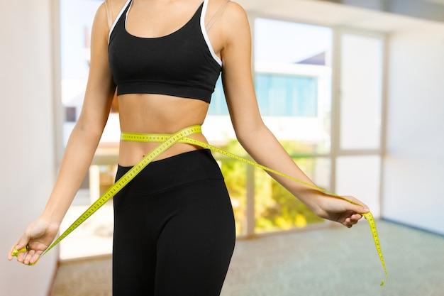 Corpo fitness con un nastro