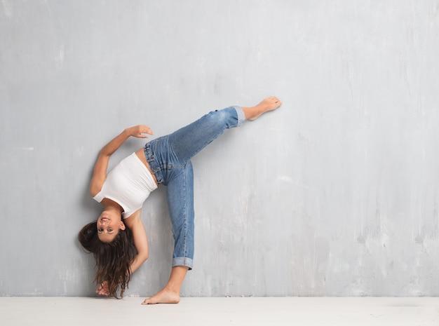 Corpo pieno di giovane donna graziosa. concetto di ballo di strada