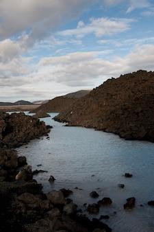 Corrente di acqua a blue lagoon, penisola di reykjanes in islanda