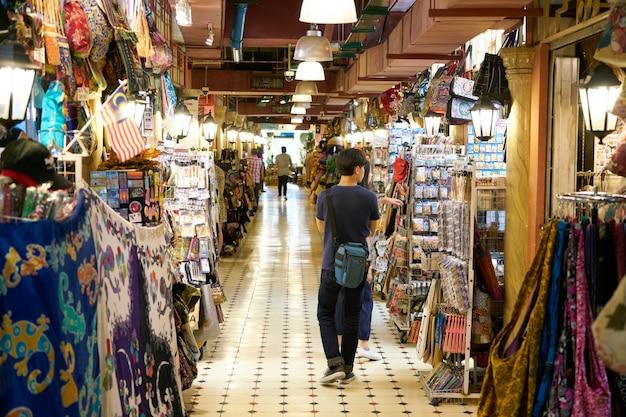 Corridoio con diversi negozi