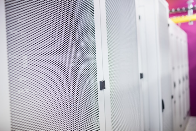 Corridoio con una fila di server