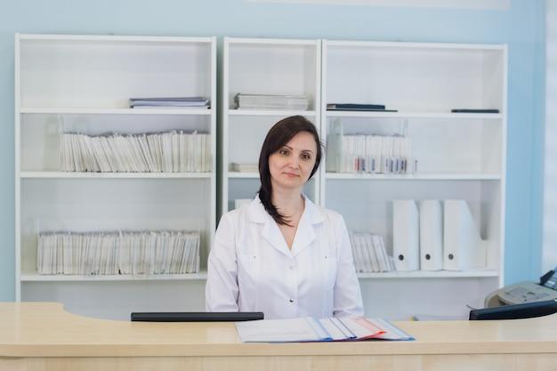 Corridoio, pronto soccorso, ospedale ambulatoriale e receptionist donna