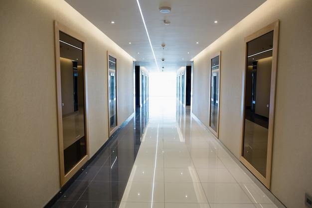 Corridoio vuoto nell'edificio per uffici moderno