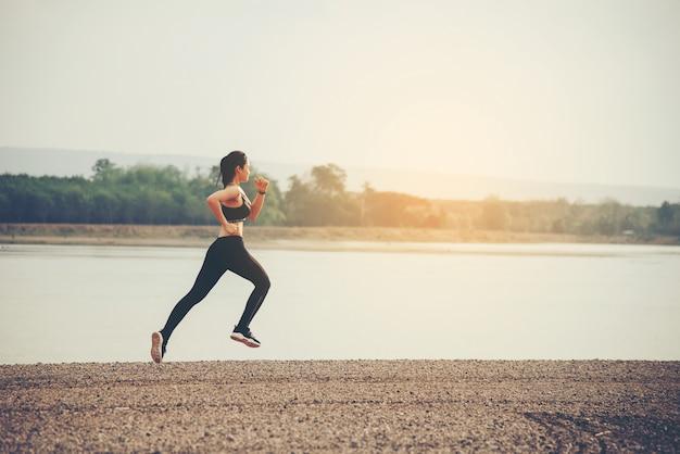 Corridore della donna giovane fitness