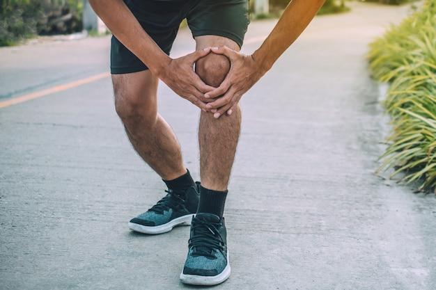 Corridore dolore al ginocchio durante la corsa, le persone lo sport sano