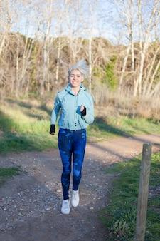 Corridore donna jogging al parco