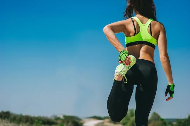 Corridore donna scaldare prima di fare jogging