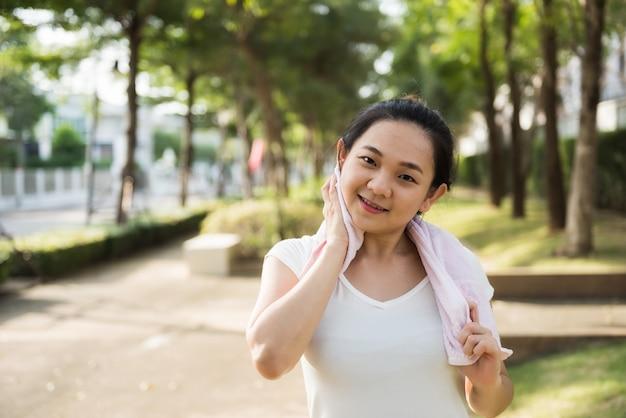 Corridore femminile asciugare il sudore dopo la corsa