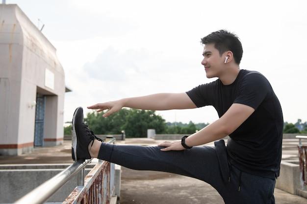 Corridore maschio facendo esercizi di stretching