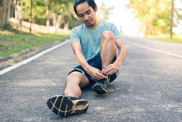 Corridore uomo legare i lacci delle scarpe