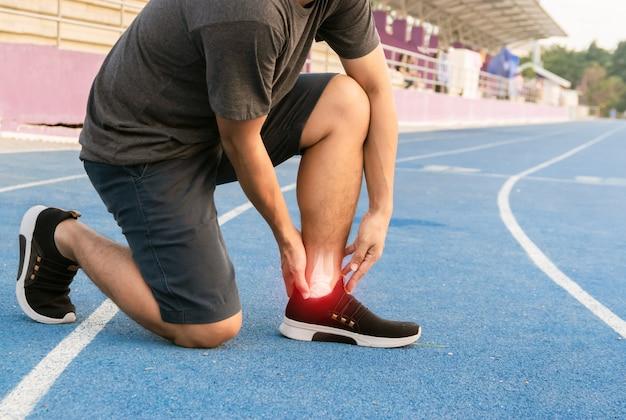 Corridori per esercitare l'osso della caviglia infiammato