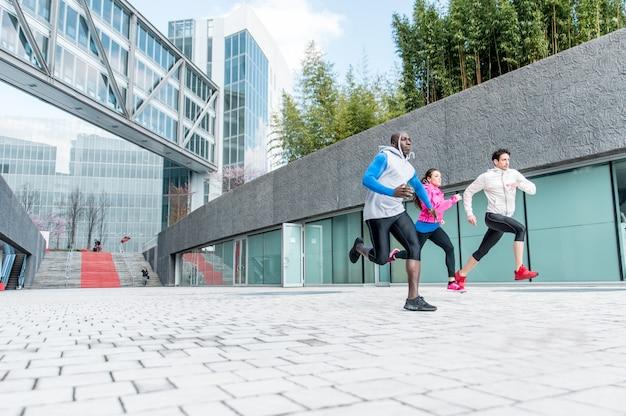 Corridori urbani che fanno sprint in un'area urbana