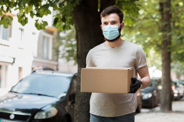 Corriere che consegna un pacco