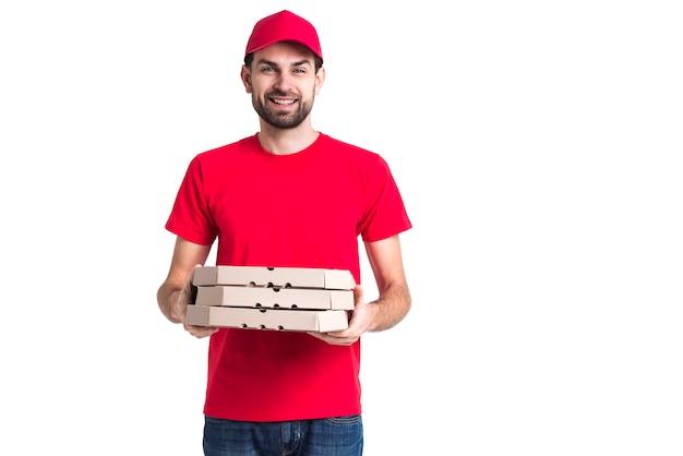 Corriere di smiley con cappuccio e camicia rossa che tiene scatole