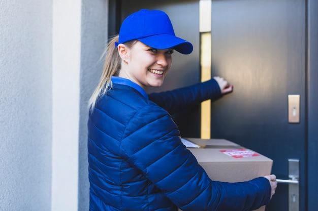 Corriere femminile contento bussare alla porta