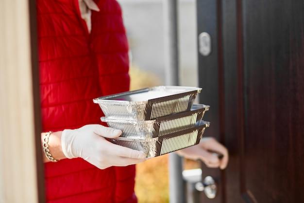 Corriere hold go box food, servizio di consegna, consegna di cibo da asporto a domicilio. resta a casa vite sicure dall'epidemia di coronavirus covid-19. servizio di consegna in quarantena.